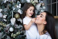 Maman et peu de fille communiquer les uns avec les autres photo stock
