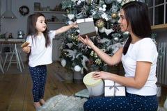 Maman et peu de fille communiquer les uns avec les autres image libre de droits