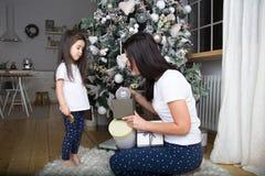 Maman et peu de fille communiquer les uns avec les autres photos stock