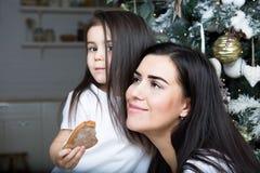 Maman et peu de fille communiquer les uns avec les autres images libres de droits