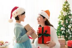 Maman et sa fille de fille échangeant des cadeaux images stock