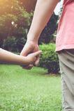 Maman et sa fille se tenant main du ` s Ton de vintage Photos stock
