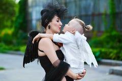 Maman et son fils passant le temps extérieur Photos libres de droits