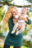Maman et son jouer de bébé Images stock