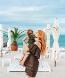 Maman et son petit fils sur la plage, des vacances Photo stock