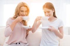 Maman et thé de boissons de fille-ado Photos stock