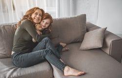 Maman exprimant l'amour à son enfant tout en se reposant à la maison Image stock