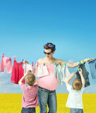 Maman faisant la blanchisserie avec des fils image stock