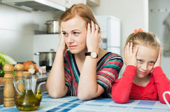 Maman frustrante ordinaire grondant la petite fille photos libres de droits
