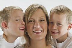 Maman heureuse avec les jumeaux identiques de 6 années Image libre de droits