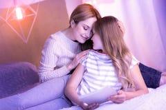 Maman heureuse et fille caressant et détendant Images stock