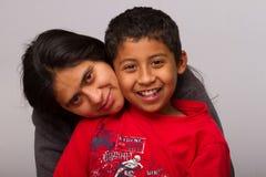 Maman hispanique et son enfant Photographie stock