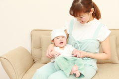 Maman japonaise et son bébé photographie stock libre de droits