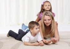 Maman jouant avec des enfants Images libres de droits