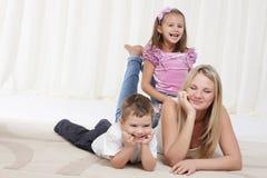 Maman jouant avec des enfants Photos stock