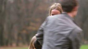 Maman jouant avec le mari et la fille en parc banque de vidéos