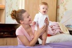 Maman jouant avec une petite fille, bébé Photos libres de droits