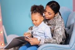 Maman merveilleuse et son enfant écrivant une lettre ensemble Photographie stock libre de droits