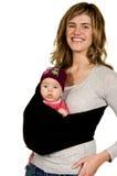 Maman mignonne avec sa chéri dans une élingue image libre de droits