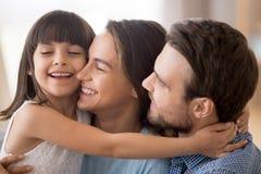 Maman mignonne et papa d'?treinte de petite fille montrant l'amour photos libres de droits