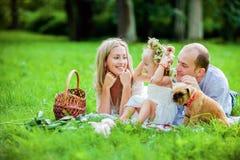 Maman, papa, blonde de petite fille et mensonge heureux de chien ensemble sur le g Photo libre de droits