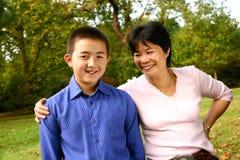 Maman partageant une plaisanterie avec son jeune fils photographie stock
