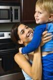 Maman soulevant l'enfant heureux. Images stock