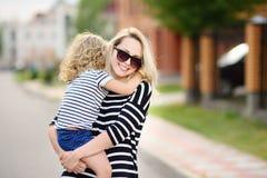 Maman tendre jeune avec sa fille mignonne d'enfant en bas âge photos libres de droits