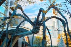 Maman - uma escultura da aranha na construção da torre de Mori no Tóquio Foto de Stock Royalty Free