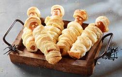 Mamans de Weiner enveloppées en pâtisserie sur le plateau Photo libre de droits