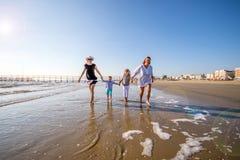 Mamans et fils jouant sur la plage photo stock