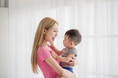 Mamaomhelzing haar zoon stock afbeeldingen
