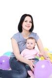 Mamaspiele mit der acht-Monatstochter. Stockfoto