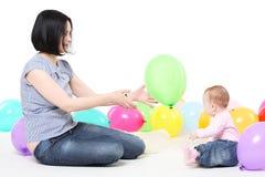 Mamaspiele mit der acht-Monatstochter Stockbilder