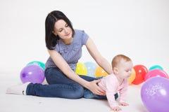 Mamaspiele mit der acht-Monatstochter. Lizenzfreie Stockfotos