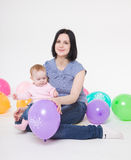 Mamaspiele mit der acht-Monatstochter. Stockbilder