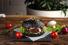 Mamba preta de Blackburger com carne marmoreada uma pedra cinzenta imagens de stock royalty free