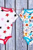 Mamelucos de los bebés que se secan en cuerda Fotos de archivo libres de regalías