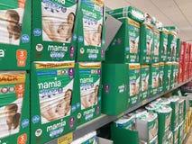 Mamia pieluchy na półkach w Aldi sklepie zdjęcia stock