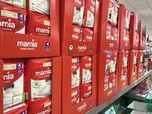 Mamia pieluchy na półkach w Aldi sklepie zdjęcia royalty free