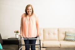 Mamie âgée avec l'incapacité de marche Photo libre de droits