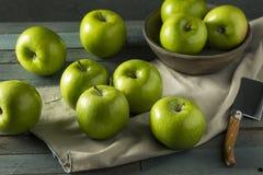 Mamie organique verte crue Smith Apples photographie stock libre de droits