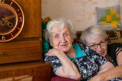 Mamie russe avec sa fille adulte Amour Photo libre de droits