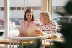Mamie vigilante discutant l'affaire de famille avec sa petite-fille Photo stock