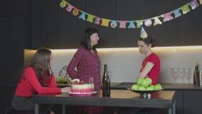Mamma allegra che dà il contenitore di regalo alla figlia al compleanno archivi video