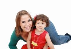 Mamma che abbraccia con un piccolo fotografia stock libera da diritti