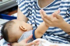 Mamma che allatta il suo neonato fotografie stock