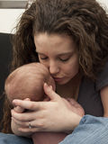 Mamma che bacia bambino Fotografia Stock Libera da Diritti