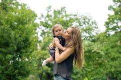 Mamma che bacia figlia fotografia stock libera da diritti