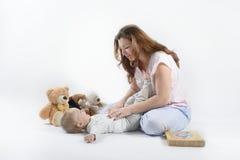 Mamma che esamina suo figlio felice Fotografia Stock Libera da Diritti